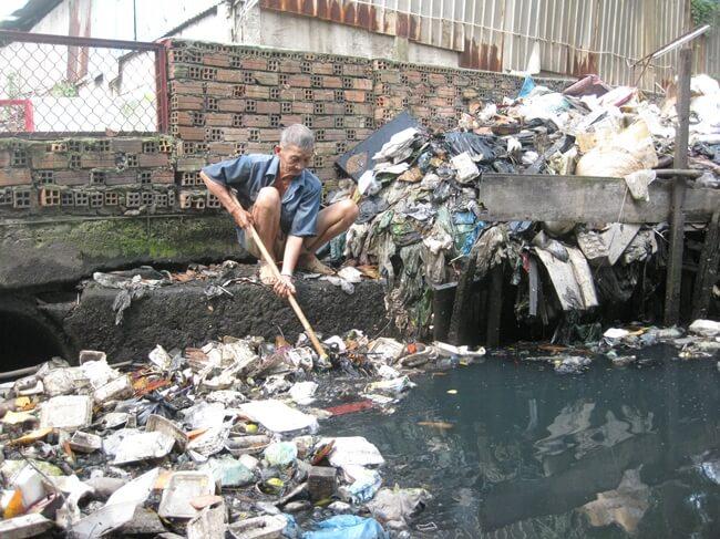 Con người luôn phải sống chung với nguồn nước thải