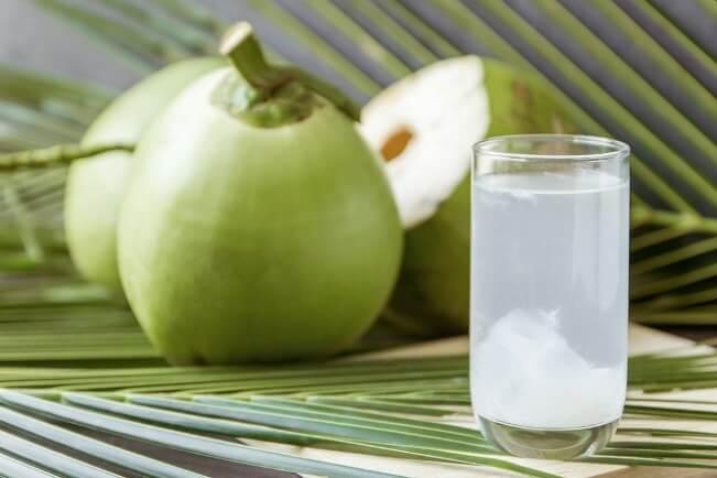 Một số người không nên uống nước dừa