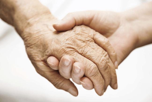 Người thân cần luôn để ý và chăm sóc người bệnh
