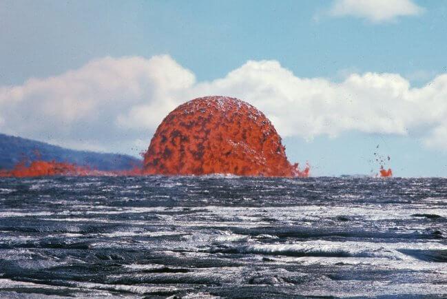 Sự phun trào nham thạch dưới lòng biển