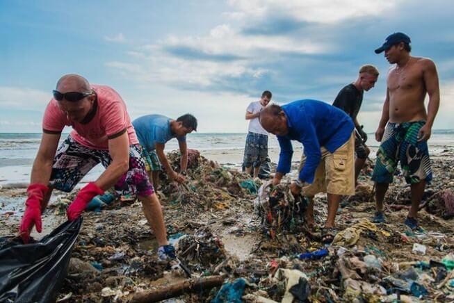 Thu gom rác thải ở các bờ biển cũng là một trong những cách bảo vệ môi trường biển