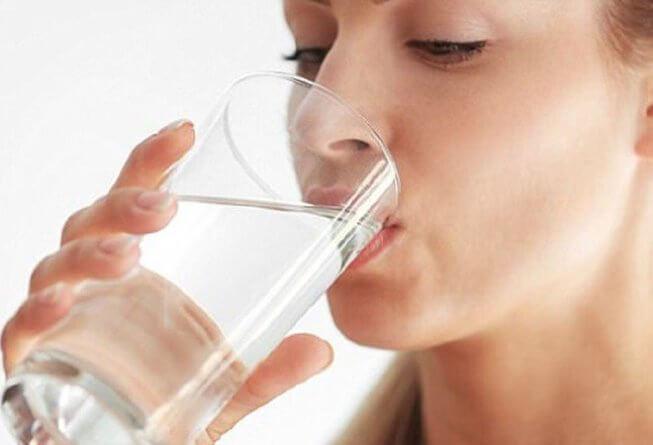 Uống nước cũng là một cách giúp giảm tác hại của Ecoli