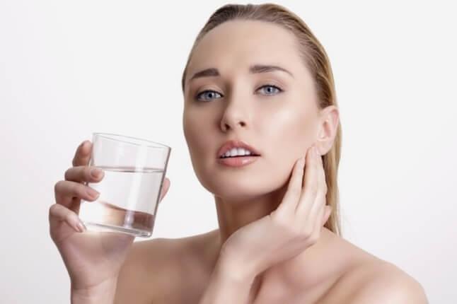 Uống đủ nước để có một làn da sáng khỏe