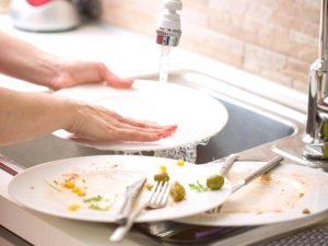 Bạn cần dọn sạch bát đĩa trước khi rửa
