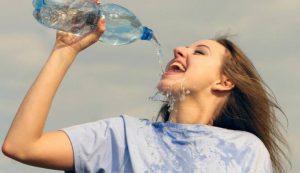 Bạn không nên uống nước ừng ực