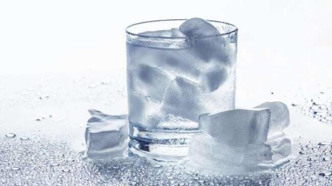 Nước đá gây mệt mỏi nếu uống vào sáng sớm
