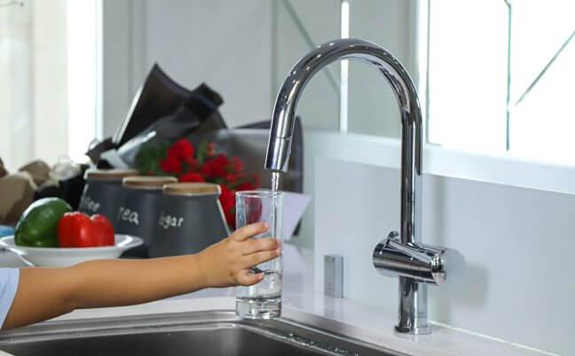 Sử dụng máy lọc nước là cách làm thông mình để làm mềm nước