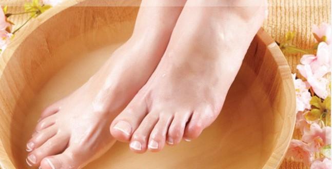 Ngâm chân tay trong nước muối và gừng có thể giảm đau rát do cước