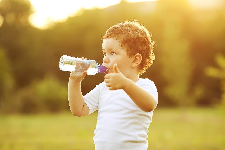 Bổ sung nước cho trẻ nhỏ thường xuyên