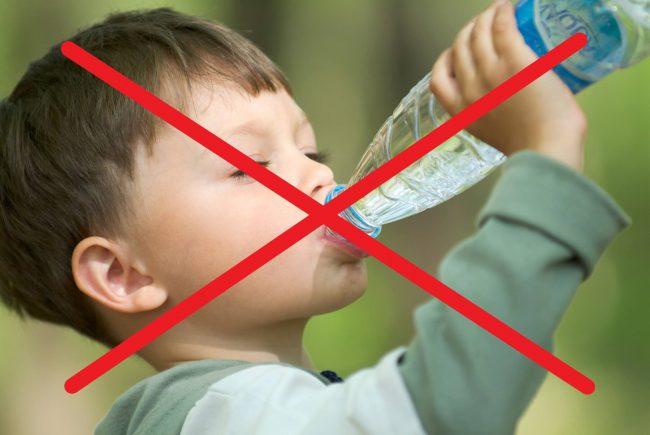 Hạn chế sử dụng nước đóng chai để bảo vệ sức khoẻ