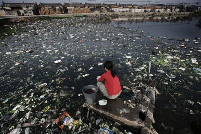 Nước sông suối ngày nay đang ô nhiễm nghêm trọng