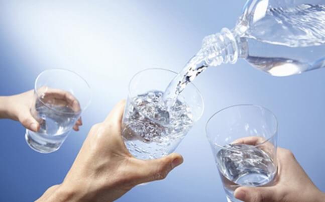 Uống đủ nước cũng là một các thanh lọc cơ thể